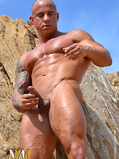 Body builder in the desert takes it all off and shows his perfect muscles