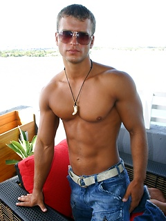 Hot young dude takes off the shirt and starts posing outdoors to reveal his body