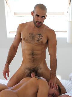 Gay hottie Austin Wilde rolls a condom down his shaft and fucks a tight ass