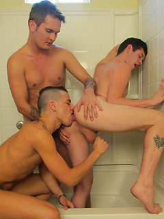 Gio Ryder and other gay guys take turns at pleasing each other's cocks